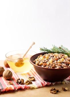 Kutya é um prato cerimonial de grãos com molho doce tradicionalmente