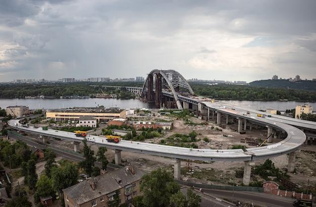 Kyiv, ucrânia - 4 de junho de 2019: construção da ponte podolsky em kiev. construção de artéria de tráfego. construção da ponte sobre o rio