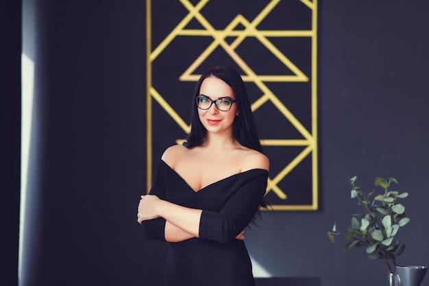 L mulher de negócios no escritório