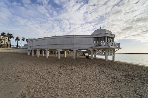 La caleta playa durante o dia na espanha
