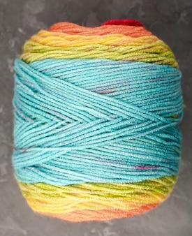 Lã de cor turquesa, amarela e laranja