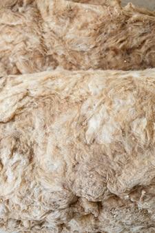 Lã mineral para reparos, materiais de construção, isolamento de telhado para uma casa em construção