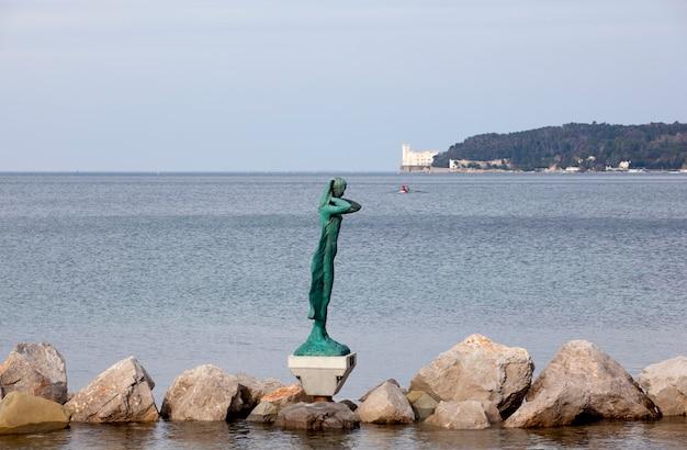 La mula de trieste - estátua no mar