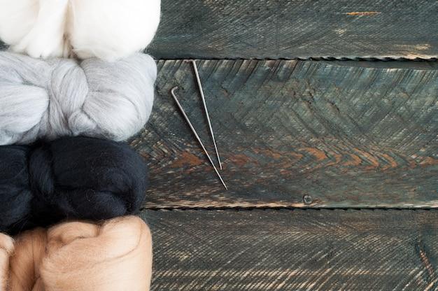 Lã para feltragem em fundo de madeira velha