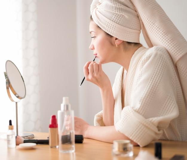 Lábio de mulher de vista lateral compõem