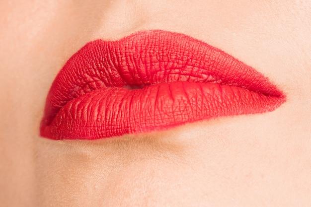 Lábio vermelho sexy. close-up belos lábios. maquiagem. close de rosto de mulher