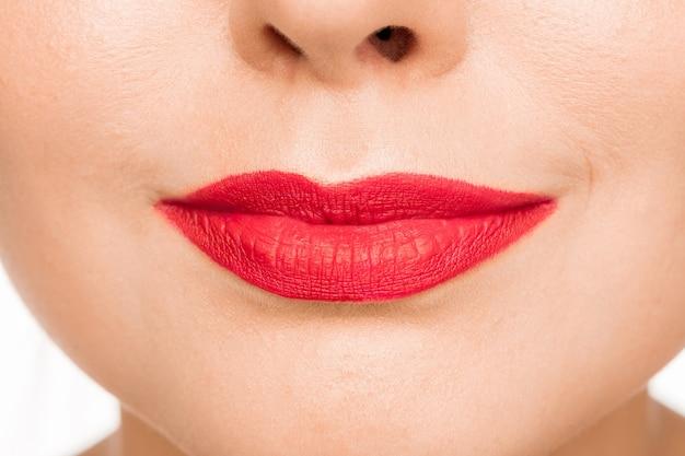 Lábio vermelho sexy. close-up belos lábios. maquiagem. close do rosto de mulher modelo de beleza