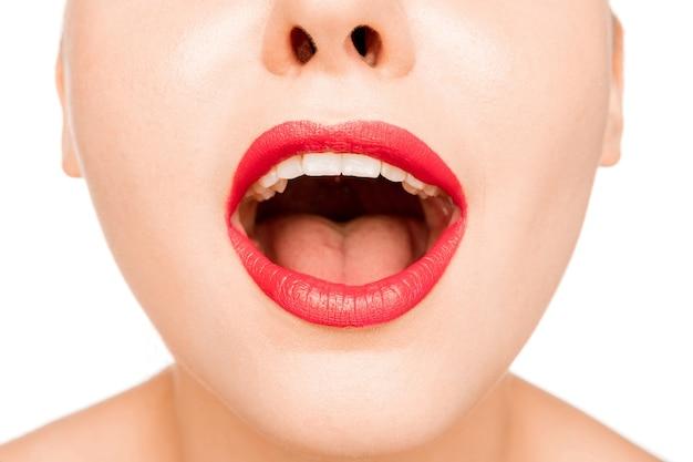 Lábio vermelho surpreso sexy. close-up belos lábios. maquiagem. close do rosto de mulher modelo de beleza