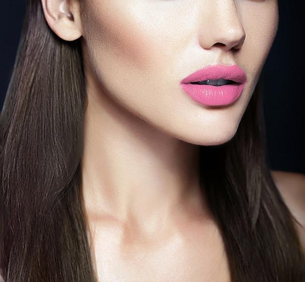 Lábios naturais perfeitos do modelo de mulher bonita sexy