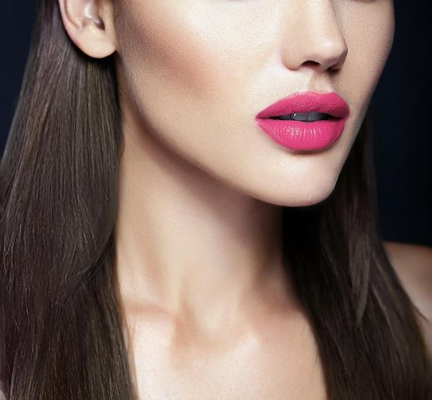 Lábios rosa perfeitos do modelo de mulher bonita sexy