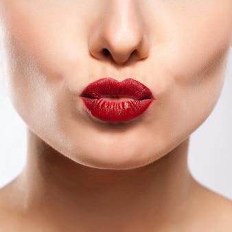 Lábios sensuais. detalhe de maquiagem de lábio vermelho de beleza.