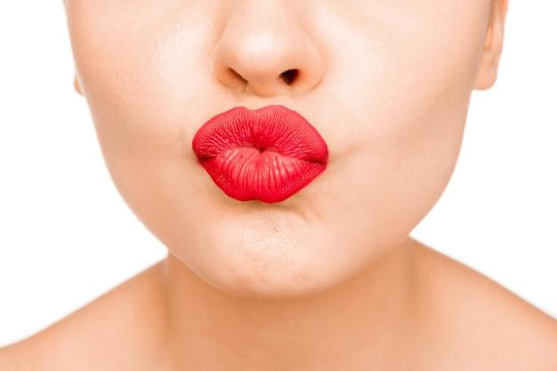 Lábios sensuais. detalhe de maquiagem de lábios vermelhos de beleza. closeup de maquiagem linda. boca aberta sensual. batom ou gloss. beijo. close do rosto de mulher modelo de beleza