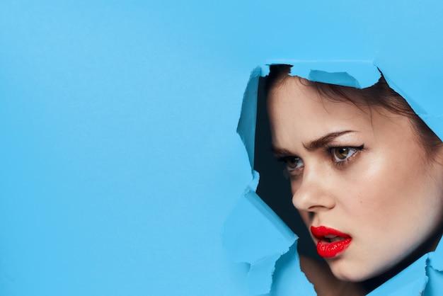 Lábios vermelhos rosto feminino posando glamour de retrato. foto de alta qualidade