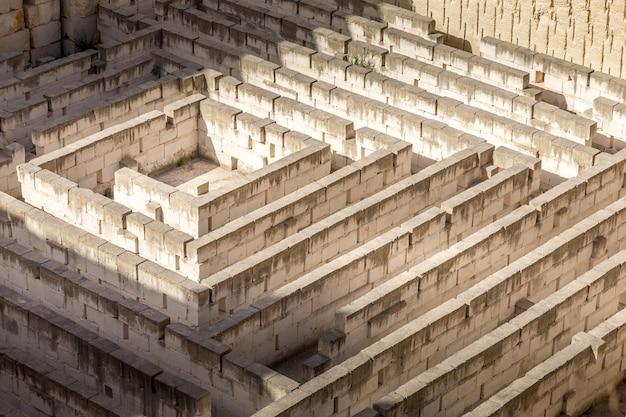 Labirinto de pedra: conceitual para questão, liberdade e jornada