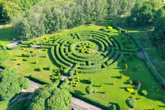 Labirinto verde no jardim botânico. labirinto de sebes no meio de um parque da cidade. um tiro aéreo.