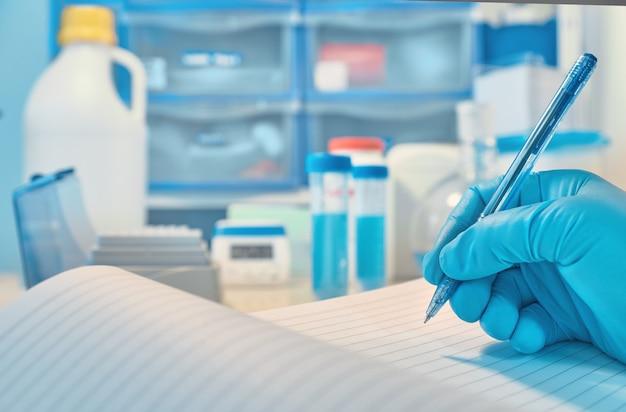 Laboratório biológico ou bioquímico fora de foco
