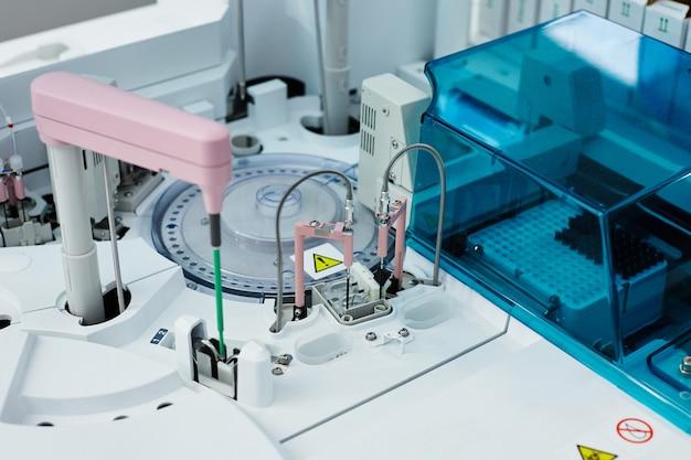 Laboratório com equipamentos profissionais para exames médicos