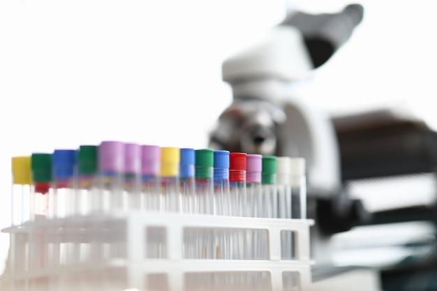 Laboratório com tubos de ensaio e microscópio para pesquisa