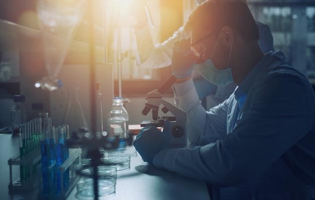 Laboratório de ciências médicas. conceito de pesquisa de vírus e bactérias