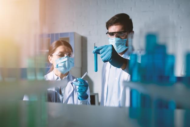 Laboratório de ciências médicas. conceito de pesquisa de vírus e bactérias.