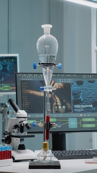Laboratório de microbiologia com equipamentos de pesquisa química
