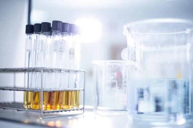 Laboratório de pesquisa - material de vidro e equipamento usado em trabalhos científicos para origens químicas