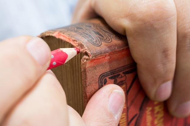 Laboratório de restauração. colorir e pintar uma capa de livro antigo, conservação