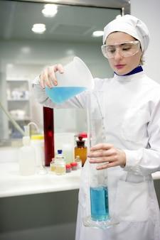 Laboratório de trabalho de mulher, vaso de cilindro de vidro