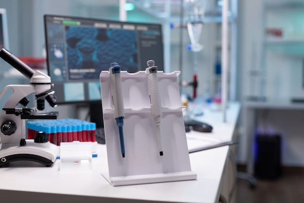 Laboratório hospitalar de microbiologia médica equipado com micropipeta biológica de medicamento