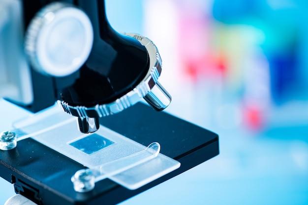 Laboratório médico, mãos de cientista usando microscópio para amostras de teste de biologia química, examinando líquido, equipamento, fundo de pesquisa científica e de saúde. cor vintage