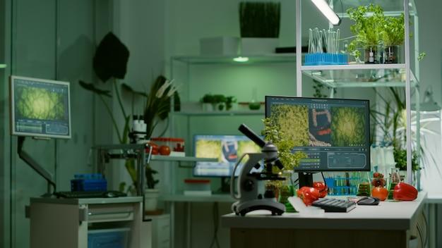 Laboratório vazio, sem ninguém preparado para teste genético usando microscópio profissional