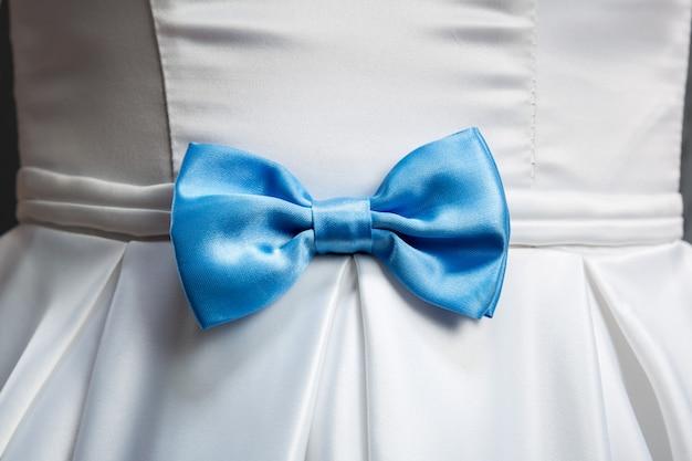 Laço azul em vestido de noiva branco