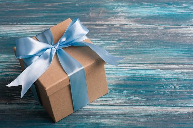 Laço azul na caixa de presente artesanal