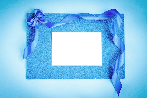 Laço de fita azul sobre fundo azul brilho. fundo festivo.