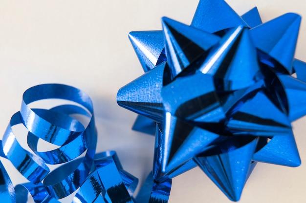 Laço de fita decorativa mancha azul sobre fundo branco
