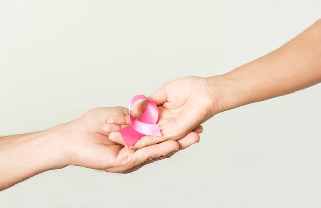 Laço de fita rosa na mão