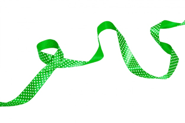 Laço de fita verde isolado no fundo branco