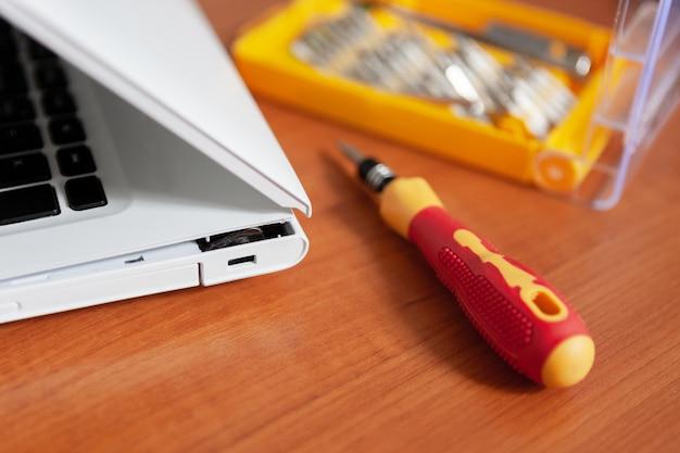 Laço de reparação - laptop dobradiça. caso rachado do portátil do split. conceito de serviço de manutenção de equipamentos de computador