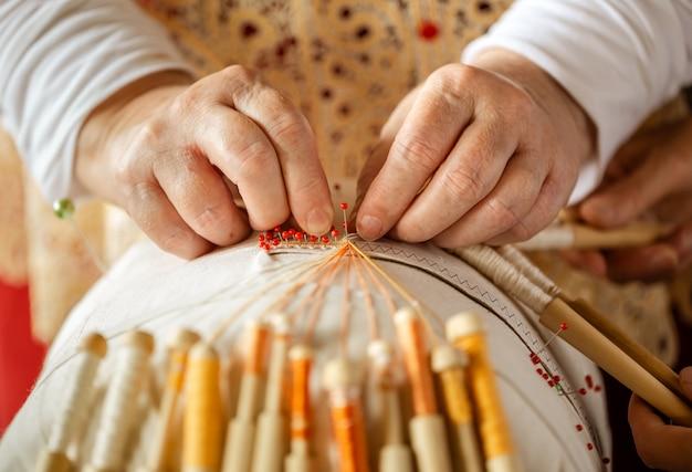 Laço de tecelagem em bobinas é um velho artesanato folclórico russo