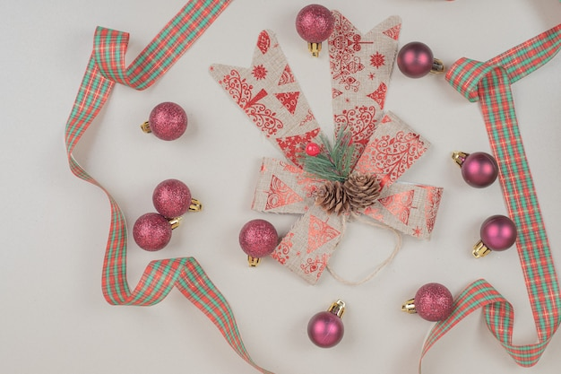 Laço festivo de natal na superfície branca
