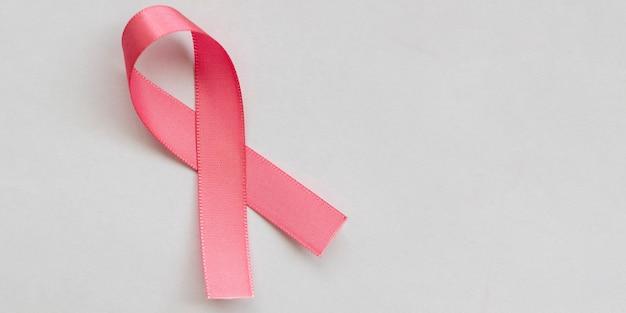 Laço rosa da campanha de prevenção ao câncer de mama. outubro rosa. espaço para texto