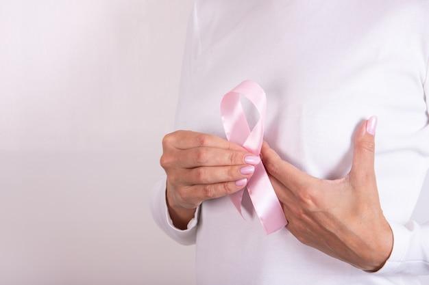Laço simbólico de conscientização do câncer de mama com fita rosa