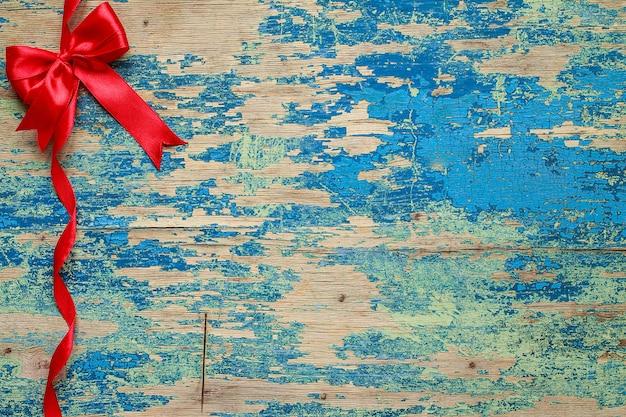 Laço vermelho com fita. decoração do feriado