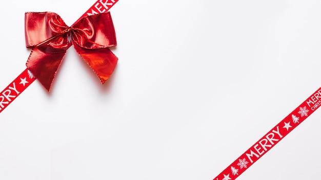 Laço vermelho com fitas de embrulho