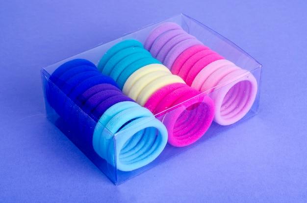 Laços de cabelo colorido em brilhante.
