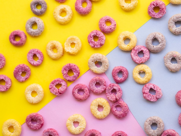 Laços de cereais de frutas em um fundo colorido