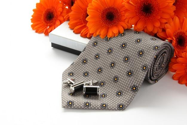 Laços de gravata e punho com flores sobre branco