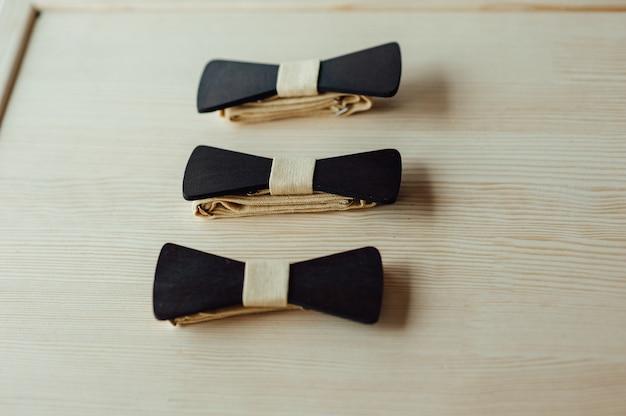 Laços de madeira em uma mesa de marfim