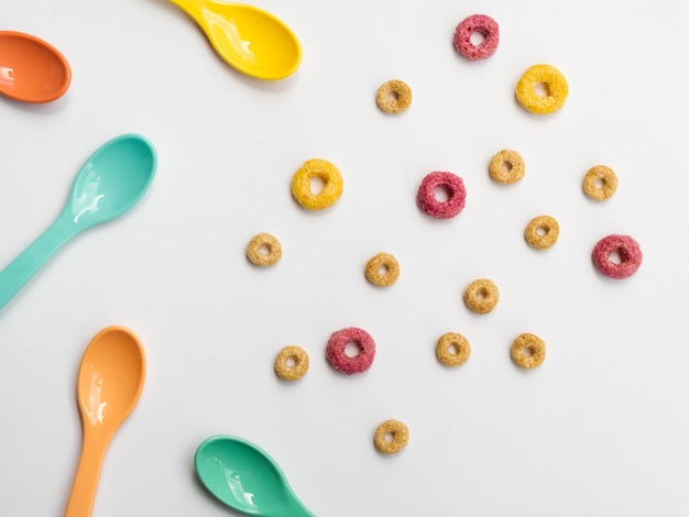 Laços e colheres frutados coloridos bonitos