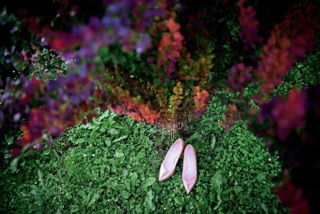 Lacquer sapatos rosa para uma noiva ficar no mato verde